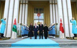 Le roi Adballah II de Jordanie et le président turc Recep Tayyip Erdogan en compagnie de leurs épouses le 6 décembre à Ankara. Photo délivrée par le service de presse de la présidence turque. Photo Kayhan Ozer. AFP